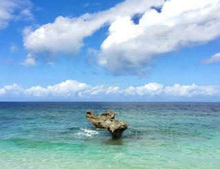 海の横にある水の体の写真・画像素材[1234325]