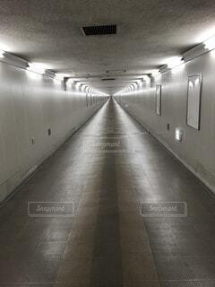 終わりの見えない地下通路の写真・画像素材[4519943]