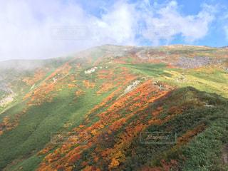 背景の大きな山のビューの写真・画像素材[841769]