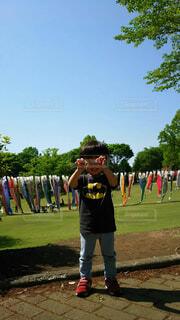 野球のバットを野原で持っている男の写真・画像素材[4480698]