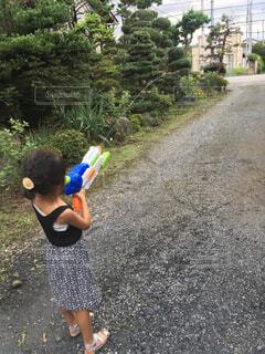 庭で水鉄砲を飛ばす女の子の写真・画像素材[4480720]