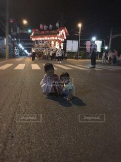 夜のお祭りで屋台と一緒にの写真・画像素材[4508732]