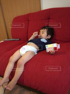 ソファの楽チンな座り方の写真・画像素材[4508847]