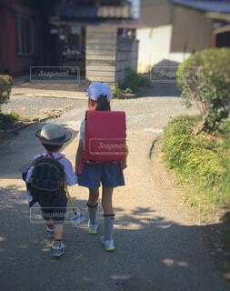 幼稚園児と小学生の帰り道の写真・画像素材[4591059]