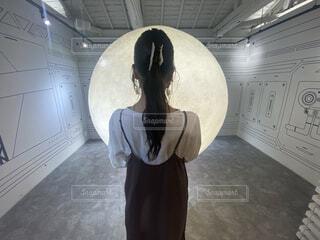 女性,カフェ,自然,風景,空,屋内,アート,床,月,人物,人,三日月,満月,人工的,人間の顔,人工月