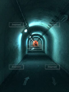 暗い部屋の中の光のクローズアップの写真・画像素材[4481746]