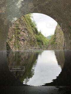 水の体に架かる橋の写真・画像素材[4481758]