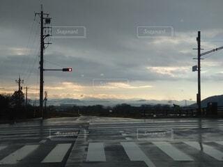 空,屋外,赤,雲,道路,交差点,明るい,通り,交通,街路灯,トラフィック ライト