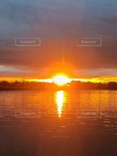 夕日,太陽,夕焼け,夕暮れ,水面,夕方,火,夕暮れどき,水に映える,水に映る夕日