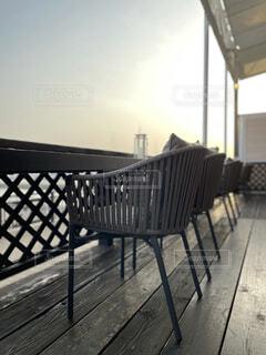 空,夕暮れ,ベンチ,デッキ,椅子,テーブル,家具,サンセット,テラス席,オーシャンビュー,海辺のカフェ