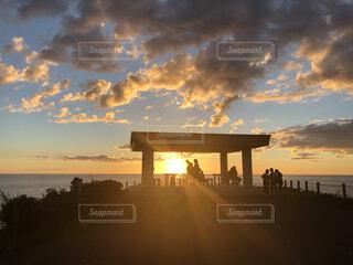 空,橋,屋外,太陽,雲,夕暮れ,水面,日の出,くもり
