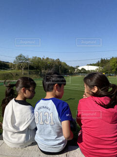 草の中に立っている人々のグループの写真・画像素材[4587048]