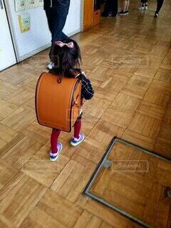 屋内,後ろ姿,女の子,床,入学式,ランドセル,荷物,履物,1年生
