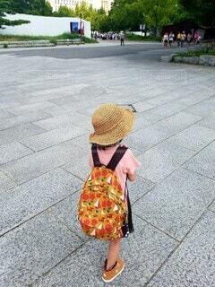 風景,アクセサリー,屋外,後ろ姿,女の子,人物,オシャレ,道,麦わら帽子,人,旅行,歩道,地面,リュックサック