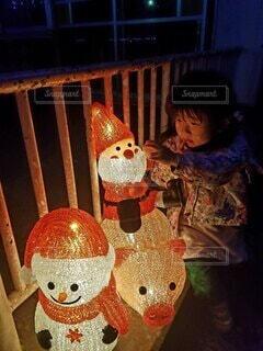 屋外,子供,女の子,イルミネーション,ぬいぐるみ,クリスマス,明るい,興味津々,園児,クリスマス ツリー