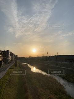 空,夕日,屋外,太陽,雲,晴天,夕焼け,夕暮れ,川,水面,景色,反射,河原,街路灯