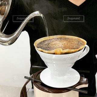 食べ物,コーヒー,屋内,スプーン,茶碗,マグカップ,食器,カップ,エスプレッソ,カフェオレ,ドリップコーヒー,ドリンク,ラテ,ドリップ,コーヒー牛乳,調理器具,カフェイン,ホワイトコーヒー,抽出,食器類,コーヒー カップ,受け皿,コーヒー飲料