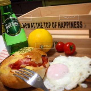 料理とテーブルの上の瓶のプレート - No.903657