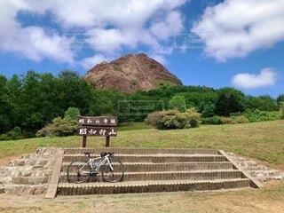 風景,空,自転車,屋外,雲,山,草,樹木,サイクリング,車両,ホイール,昭和新山,陸上車両,自転車のホイール