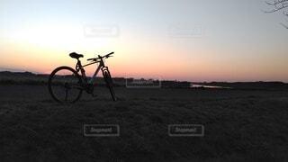 空,自転車,屋外,夕暮れ,草,車両,ホイール,スポーツ用品,陸上車両,自転車のホイール