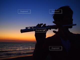 海,空,屋外,夕暮れ,海辺,撮影,シルエット,朝焼け,人物,人,楽器,フルート