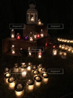 夜にライトアップされた展示されている野菜の束の写真・画像素材[4481136]