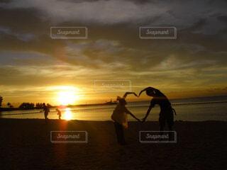 海,空,夕日,LOVE,屋外,太陽,ビーチ,雲,夕暮れ,水面,オレンジ,ハート,人物,人,旅行,青春,メモリー