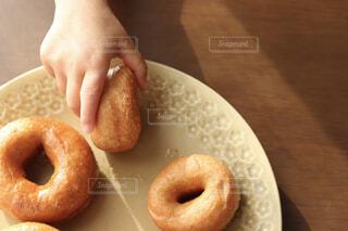 子ども,食べ物,手,子供,パン,デザート,おやつ,皿,お菓子,ベーグル,こども,ドーナツ,木目,手作りお菓子,お皿,菓子,プレート,花柄,レシピ,ファストフード,スナック,手作りおやつ,プレッツェル,つまみ食い,花柄皿,サイダードーナツ