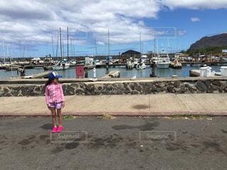 子ども,家族,風景,空,屋外,ピンク,ビーチ,船,水面,海岸,影,女の子,少女,光,人物,人,旅行,笑顔,旅,昼,地面,幼児,ハワイ,少年,若い,キャップ,ラッシュガード,人間の顔