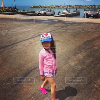 子ども,家族,風景,空,屋外,ピンク,ビーチ,船,海岸,影,女の子,少女,光,人物,人,旅行,笑顔,旅,昼,地面,幼児,ハワイ,少年,若い,キャップ,ラッシュガード,人間の顔