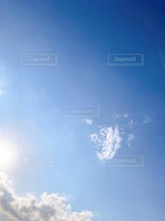 空,屋外,太陽,雲,晴れ,晴天,青い空,木漏れ日,光,陽光,くもり,日中