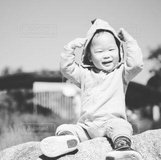 子ども,風景,空,屋外,人物,人,笑顔,赤ちゃん,幼児,少年,黒と白,人間の顔