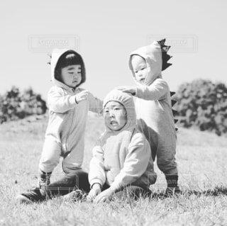 子ども,風景,空,屋外,草,人物,人,笑顔,赤ちゃん,幼児,ポーズ,少年,黒と白,人間の顔