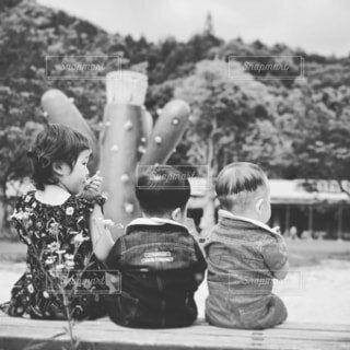 子ども,風景,屋外,樹木,人物,人,赤ちゃん,幼児,少年,遊び場,黒と白,人間の顔