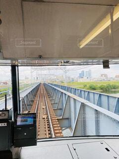 陸橋を渡る電車の写真・画像素材[4552071]