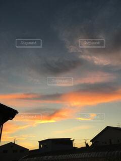 自然,風景,空,夜空,屋外,太陽,雲,夕暮れ,日光,夕方,オレンジ,屋根,夕景,明るい,日暮れ,宵闇,家並,家々,1日の終わり,赤に染まる