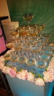 テーブルの上に花の花瓶の写真・画像素材[4482881]