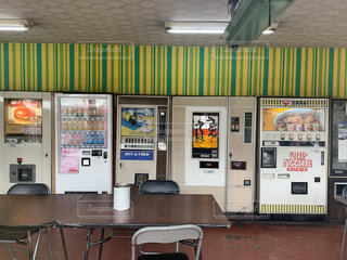 店の前に座っている椅子の写真・画像素材[4483228]
