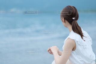 女性,20代,海,夏,屋外,ビーチ,後ろ姿,水面,人物,人,浜辺