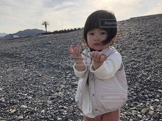風景,空,屋外,人物,人,赤ちゃん,地面,幼児,少年,少し,人間の顔