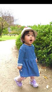 子ども,風景,屋外,散歩,樹木,人物,人,赤ちゃん,地面,幼児,少年,若い,少し,人間の顔