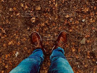靴,屋外,サンダル,青,ジーンズ,人物,人,地面,スニーカー,ウォーキングシューズ