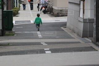 子ども,風景,屋外,歩く,車,道路,人物,道,人,横断歩道,歩行者,歩道,幼児,通り,車両,履物,陸上車両