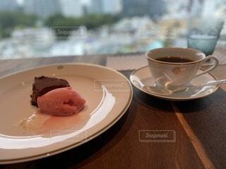 食べ物の皿とコーヒー1杯の写真・画像素材[4957240]