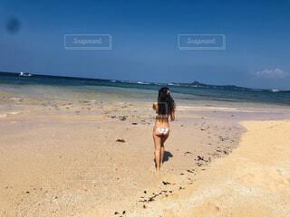 砂浜の上に立っている人の写真・画像素材[4590430]
