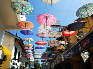 店の前に並ぶカラフルな傘のオブジェの写真・画像素材[4556788]