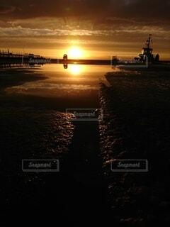 水溜まりに映る夕焼けと空の写真・画像素材[4505216]