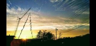 空,夕日,屋外,太陽,雲,綺麗,夕焼け,景色,影,日差し,シルエット,樹木,茜空,お洒落,日暮れ,おしゃれ,キレイ,クレーン車,鯉のぼり キレイ 春