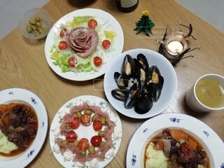 食べ物,朝食,屋内,フォーク,テーブル,皿,食器,サラダ,料理,調理,魚介類,レシピ,ファストフード,大皿,アラカルト食品
