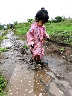 子ども,自然,風景,屋外,水面,草,人物,人,地面,幼児,汚れ